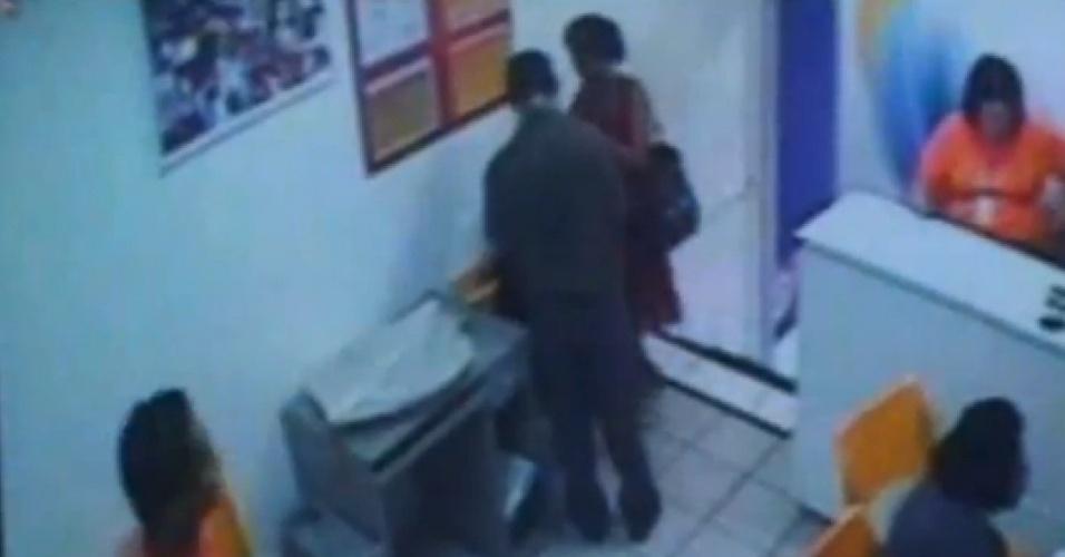 Imagens de vídeo mostra o trio que teria assassinado, esquartejado e comido partes do corpo de ao menos duas mulheres em Garanhuns (PE) usando o cartão de crédito de uma das vítimas, que estava sumida há mais de um mês