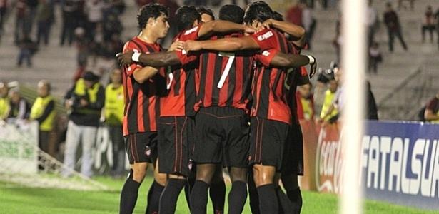 Jogadores do Atlético-PR comemoram gol contra o Arapongas (15/04/2012)