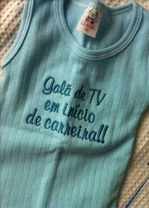 Luana Piovani mostra roupa que o filho, Dom, ganhou de presente (16/4/12)