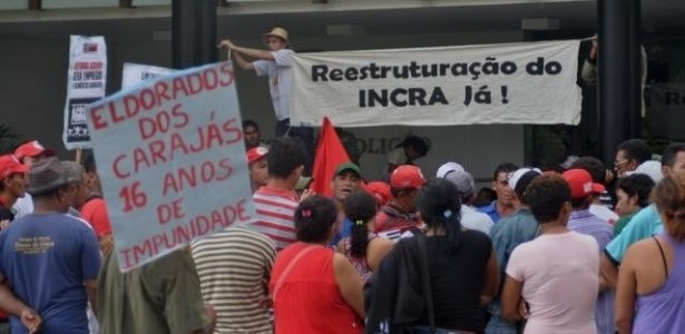 MST (Movimento dos Trabalhadores Rurais Sem Terra) ocupa o Palácio da Abolição, sede do governo cearense, para cobrar soluções aos efeitos da estiagem