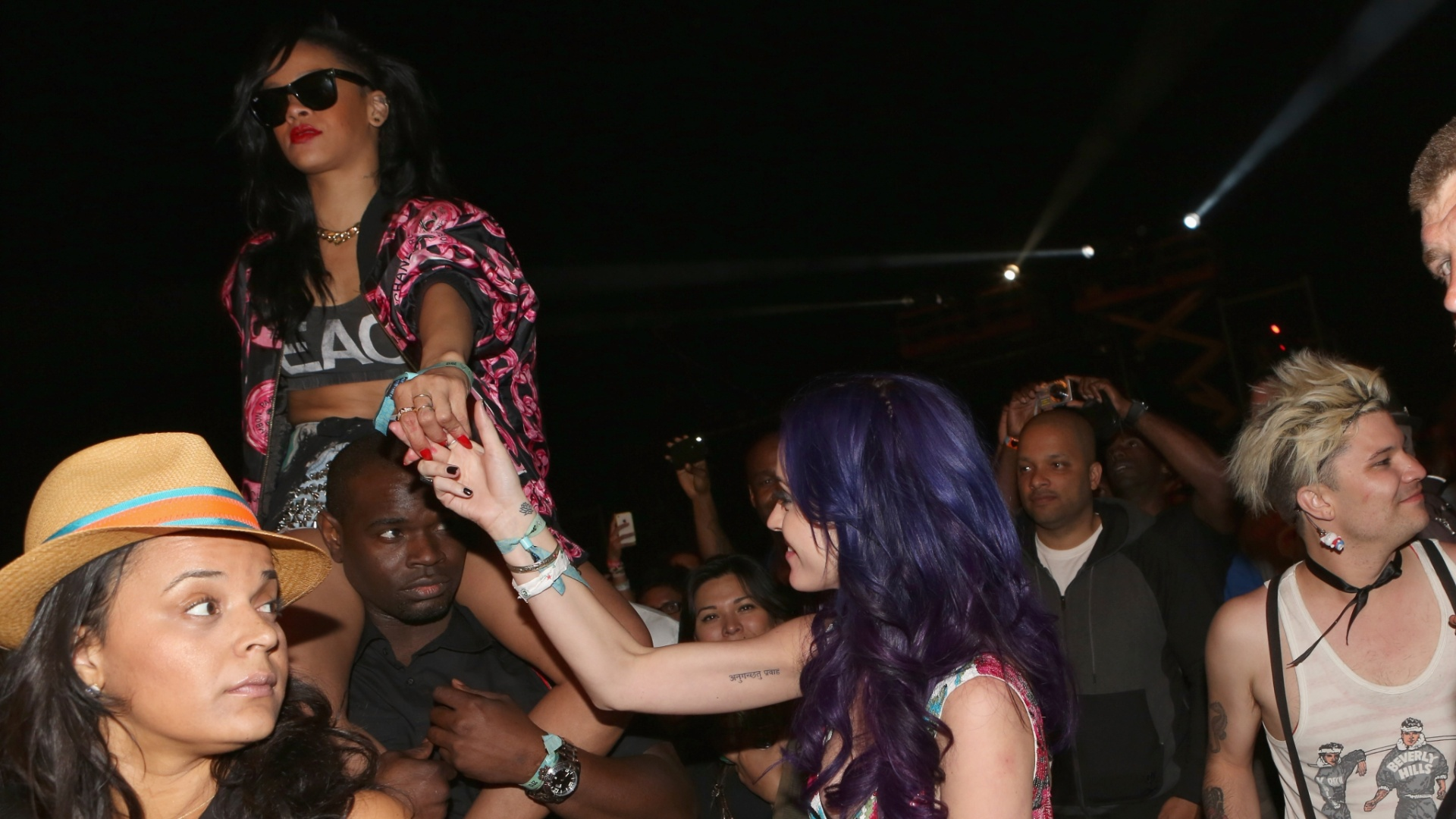 Na plateia, Rihanna e Katy Perry se divertem no festival Coachella (15/4/12)
