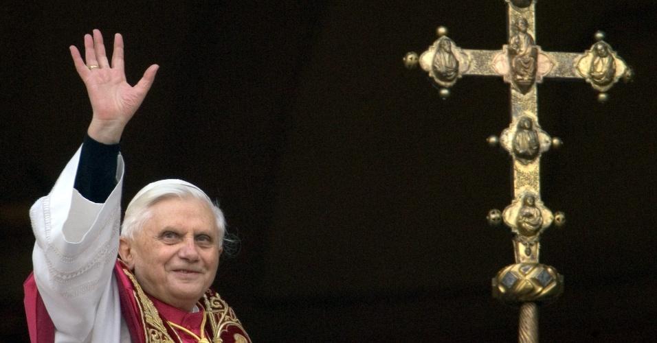 O alemão Joseph Ratzinger, agora conhecido como Bento 16, acena para multidão a partir da janela da varanda principal da Basílica de São Pedro, no Vaticano, depois de ser eleito o 265º papa da Igreja Católica Romana