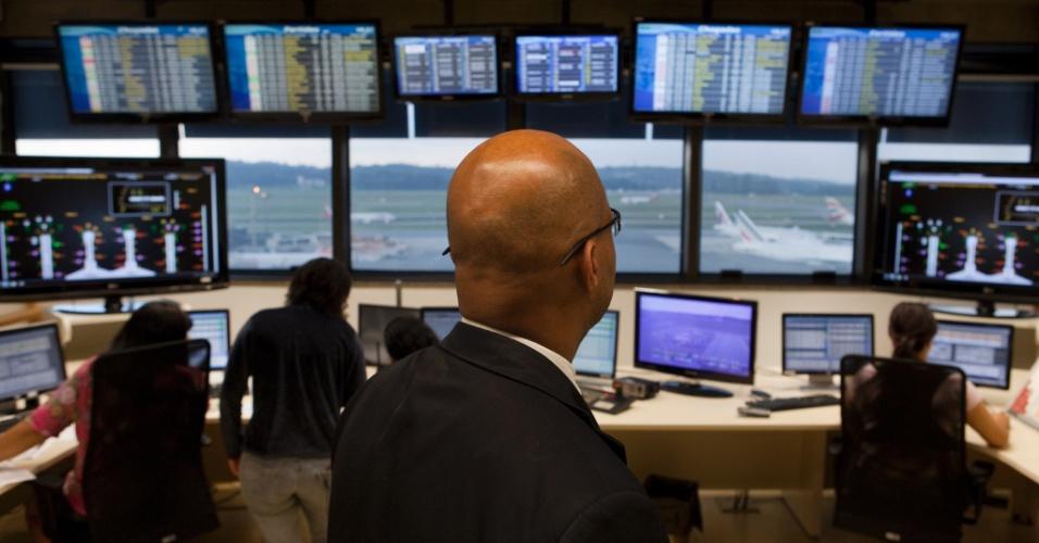O Centro de Operações Aeroportuárias do aeroporto de Cumbica, em São Paulo, funciona 24 horas