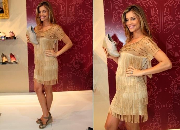 O vestido de franjas bege curtinho foi a escolha de Grazi Massafera para mostrar nos pés seu sapato feito em parceria com a Azaleia, no Couro Moda, em São Paulo (SP) (16/01/2012)