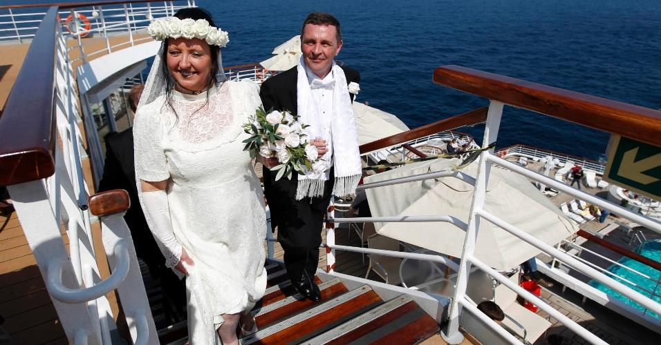 Os recém-casados Derek e Lynn Chambers são abençoados no cruzeiro memorial que refaz a trajetória do Titanic, próximo ao porto de Halifax, no Canadá