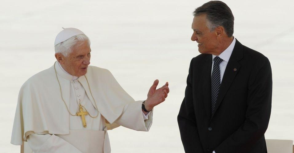Papa Bento 16 conversa com o presidente português Anibal Cavaco Silva no aeroporto de Lisboa, durante visita de quatro dias à Portugal
