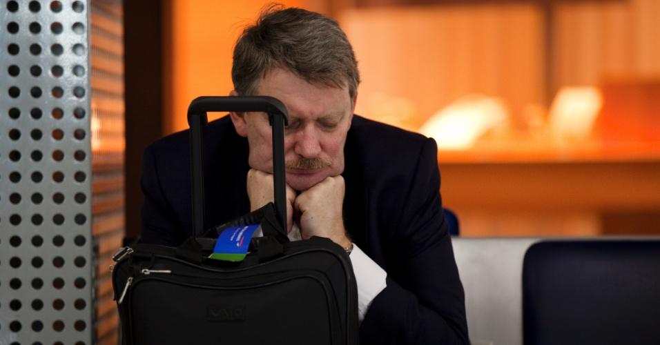 Passageiro aguarda na área de embarque do aeroporto internacional de Cumbica, em São Paulo