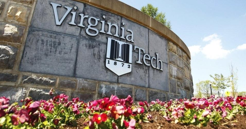 Placa no campus da universidade Virginia Tech em Blacksburg (EUA), que nesta segunda-feira (16) lembra o 5º aniversário de um massacre de 32 pessoas