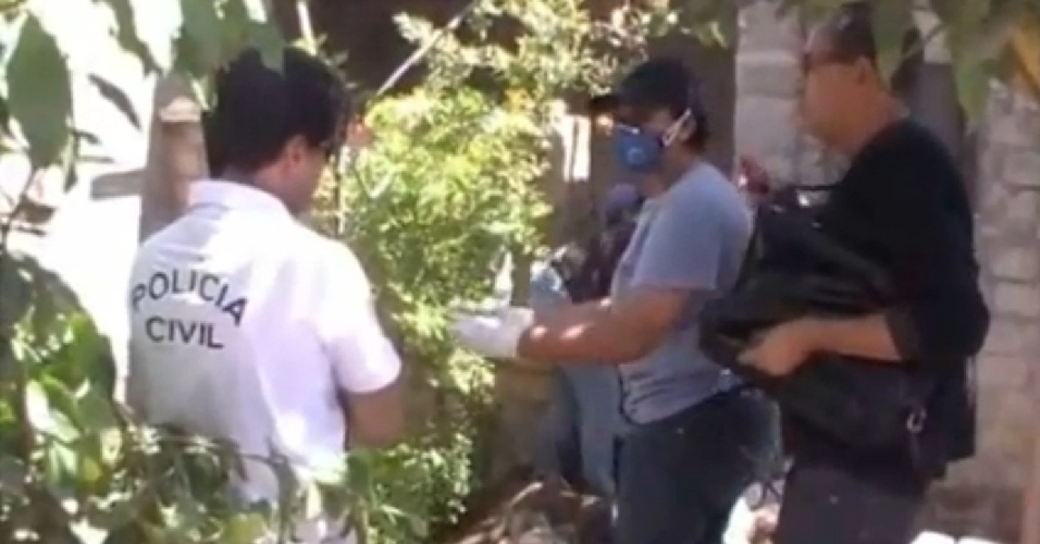 Polícias fazem buscas na casa onde um trio teria assassinado, esquartejado e comido parte do corpo de ao menos duas mulheres em Garanhuns (PE)