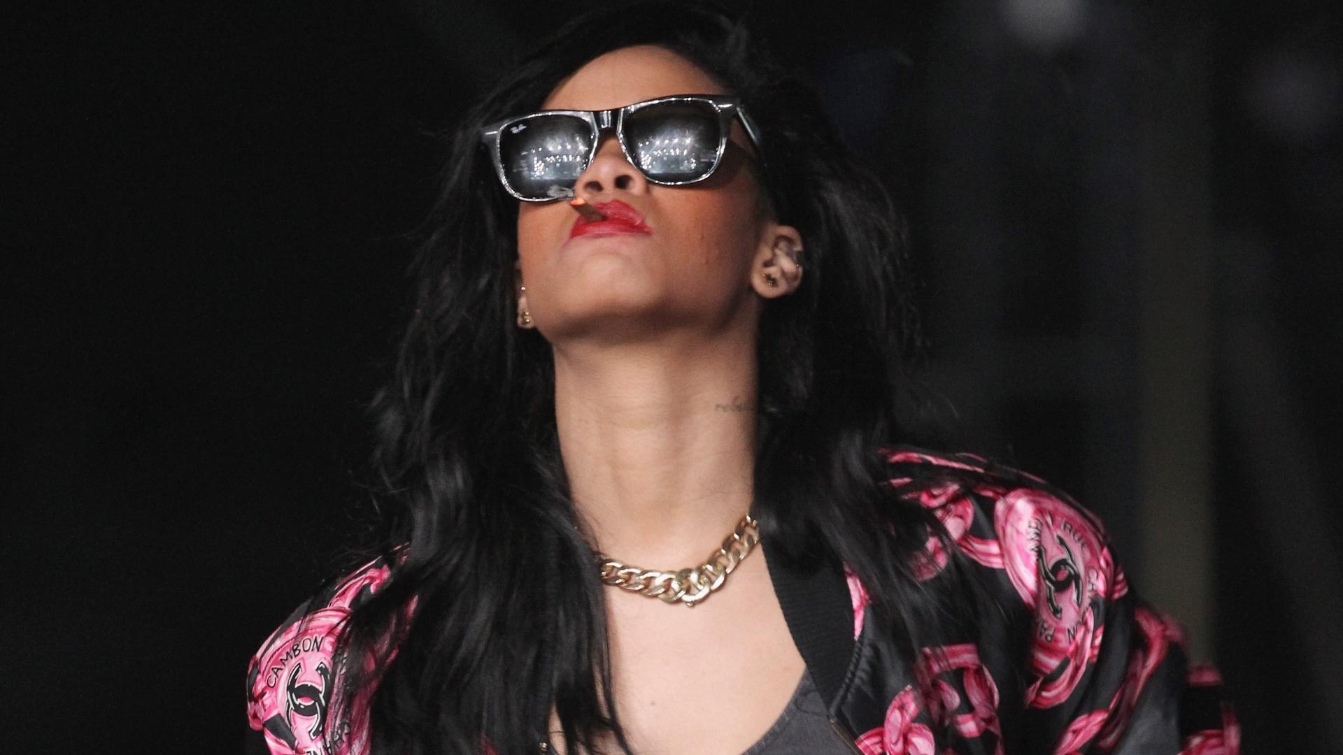 Rihanna se diverte na plateia do Coachella e aparece fumando no festival (15/4/12)