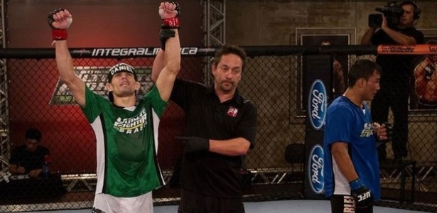 Rodrigo Damm (e) comemora vitria sobre John Macap no TUF Brasil