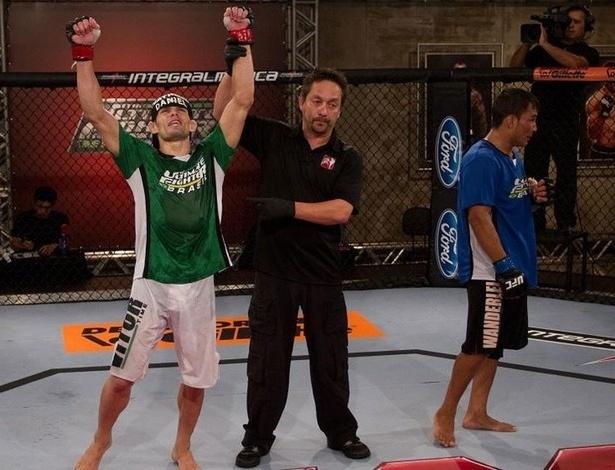 Rodrigo Damm (e) comemora vitória sobre John Macapá no TUF Brasil