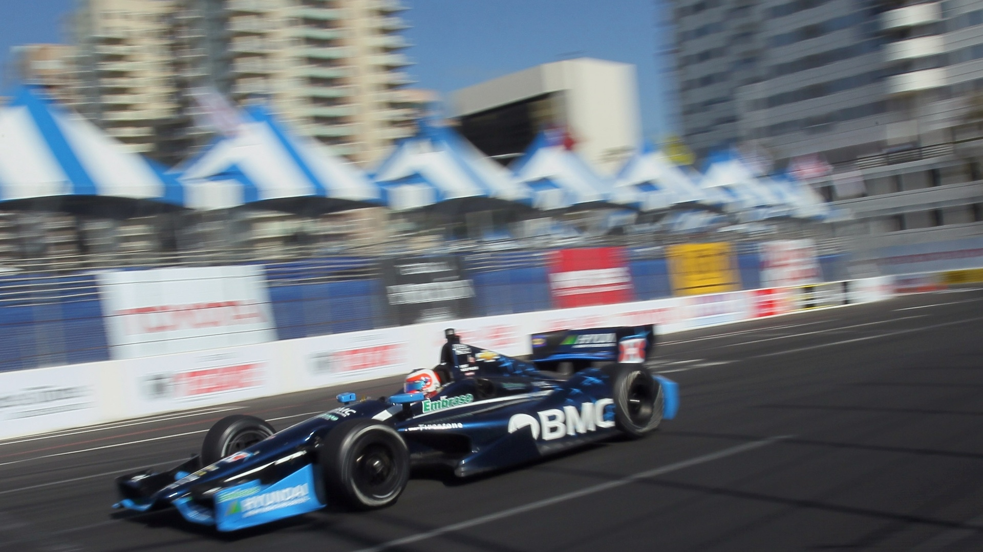 Rubens Barrichello durante a etapa de Long Beach da Indy. O piloto vinha em oitavo aps largar em 22, mas foi atingido por Helio Castroneves nos metros finais da ltima volta. Os dois no receberam a bandeirada por conta do acidente e Barrichello ficou com a nona posio