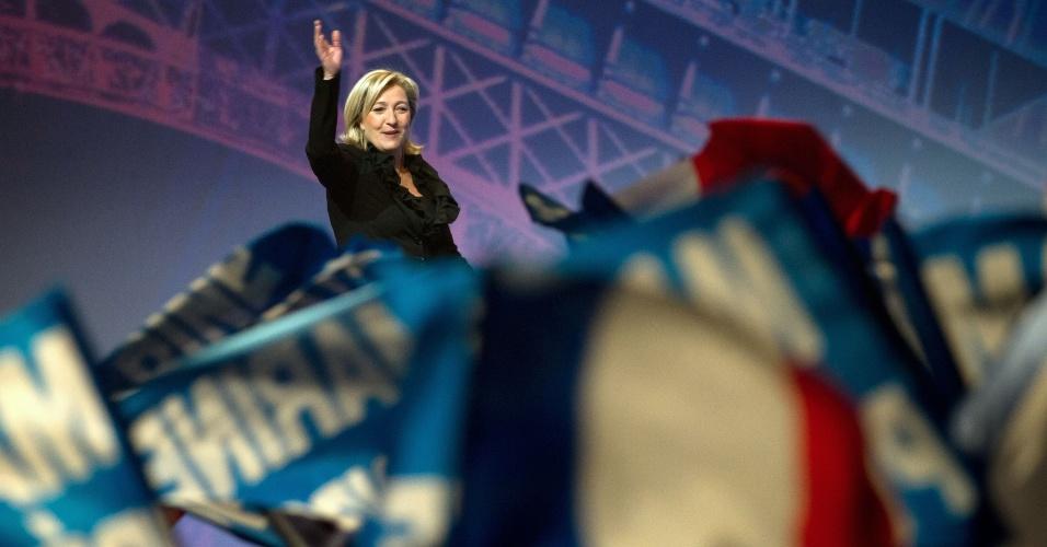 A candidata ultraconservadora para presidente da França, Marine Le Pen, discursa para militantes em Paris