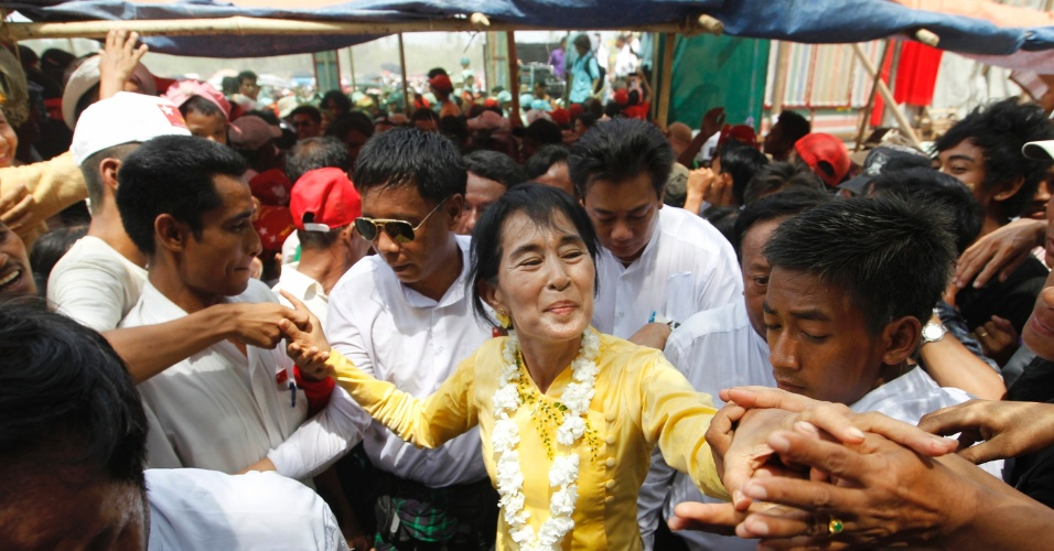 A l&#237;der do movimento democr&#225;tico birman&#234;s, Aung San Suu Kyi, cumprimenta militantes no munic&#237;pio de Kawhmu, em cerim&#244;nia para marcar o Ano Novo em Mianmar