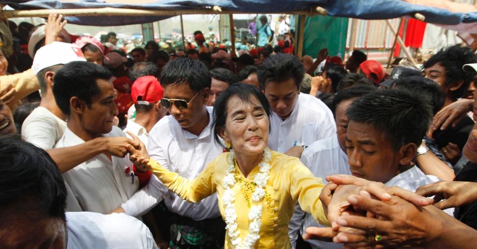 A líder do movimento democrático birmanês, Aung San Suu Kyi, cumprimenta militantes no município de Kawhmu, em cerimônia para marcar o Ano Novo em Mianmar