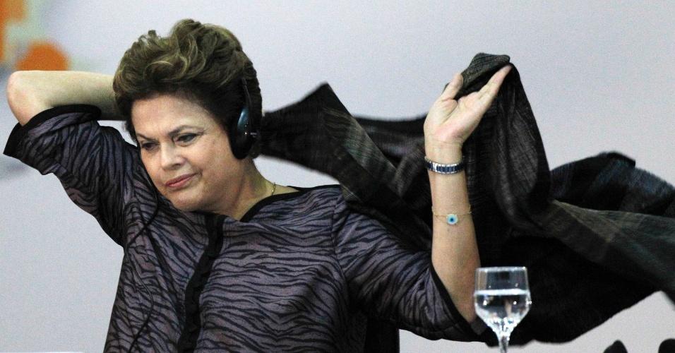A presidente Dilma Rousseff se agasalha durante a 1ª Conferência de Alto Nível para Governo Aberto (OGP), em Brasília