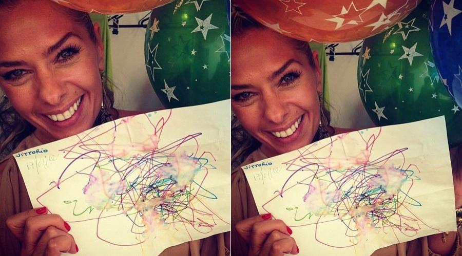 Adriane Galisteu mostra o desenho que ganhou do filho Vittorio (17/4/2012)