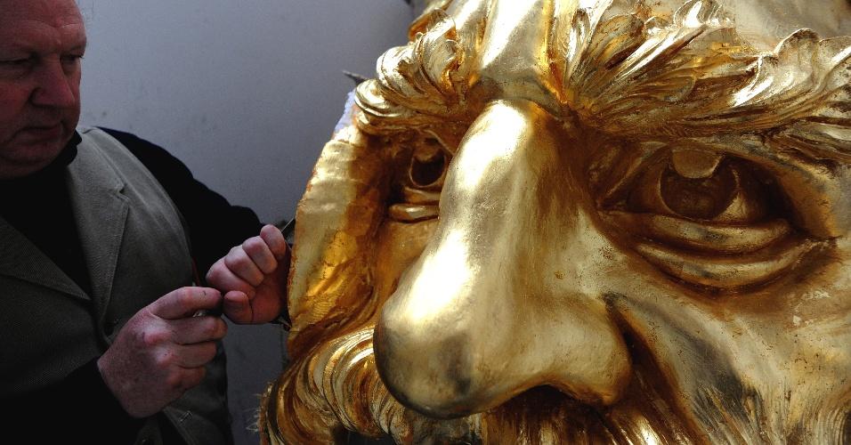 """Alan Lamb, um dos maiores especialistas ingleses em esculturas, posa ao lado da obra ?Pai Tâmisa"""" que irá decorar a embarcação real em que a rainha Elizabeth 2ª da Inglaterra irá viajar ao longo do rio Tâmisa durante o desfile do Jubileu em junho"""