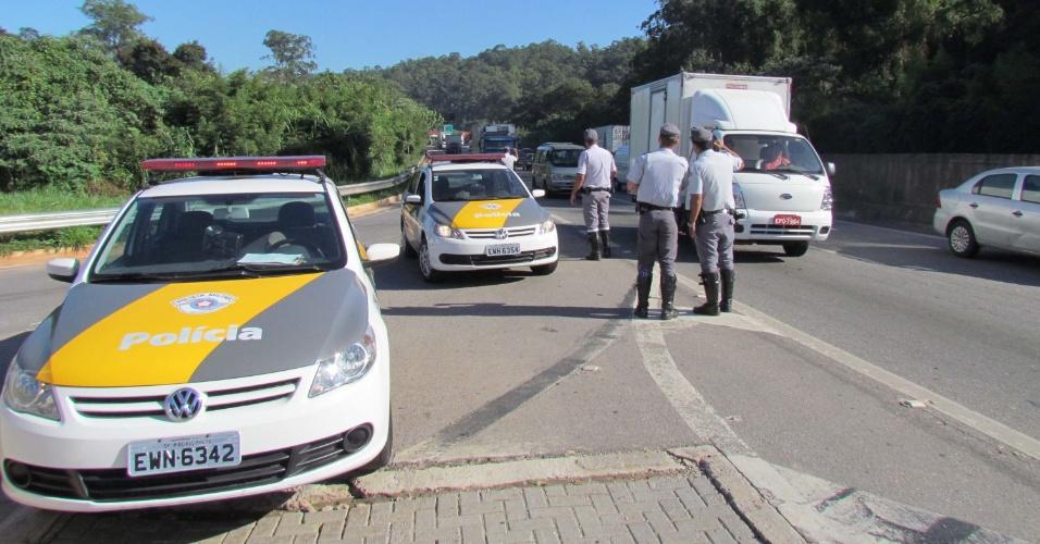 Altura do km 28 da rodovia Anhanguera, em São Paulo (SP), bloqueada por integrantes do MST, que promoveram ?trancaços? simultâneos em várias rodovias do país