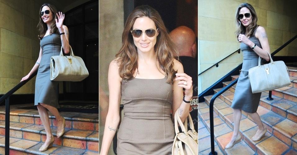Após ficar noiva de Brad Pitt, com quem vive há sete anos, Angelina Jolie acena para os fotógrafos ao sair de um hotel em Los Angeles (16/4/12)
