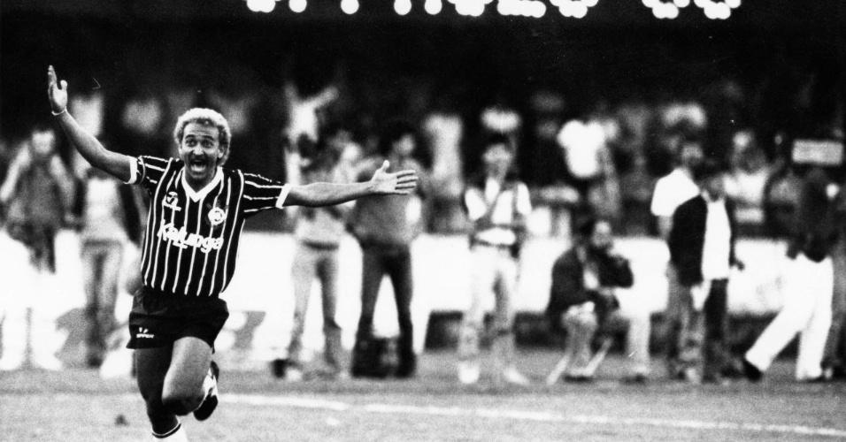 Biro-Biro comemora o segundo gol do Corinthians durante jogo contra o São Paulo no estádio do Morumbi