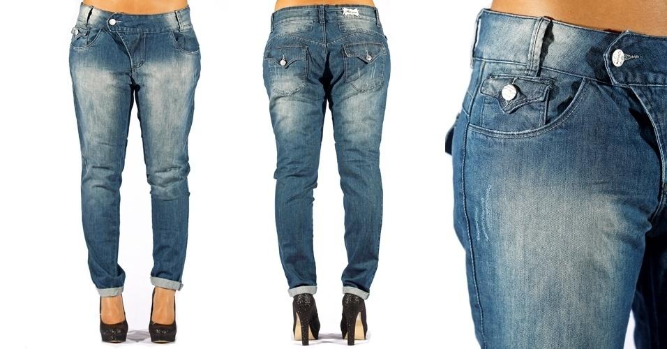 Calça jeans blue cigarrete boy com cós transpassado e bolso relógio com aba e botão ; R$68,99 da Mix na Textil Abril  (Tel.: 2799-2525)