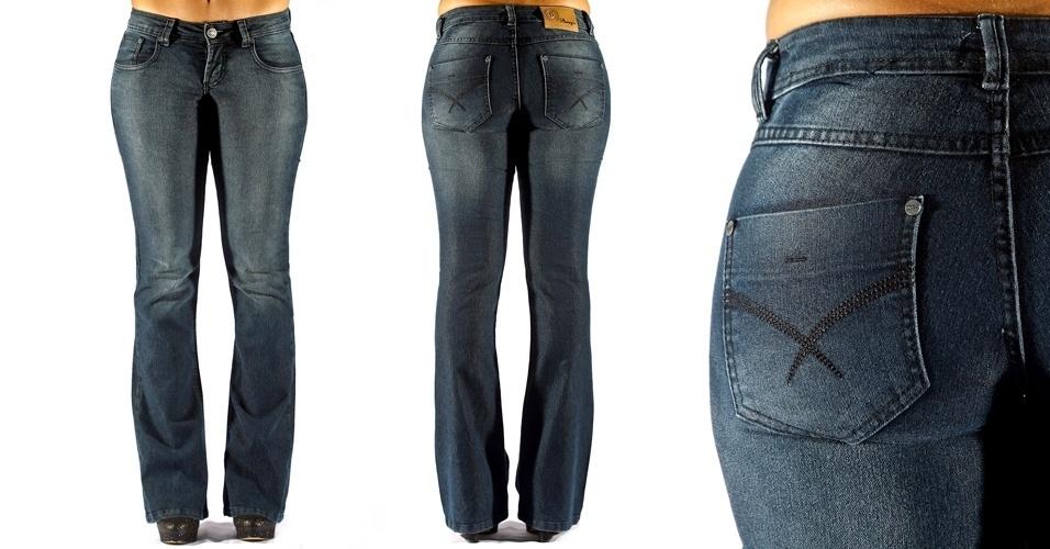 Calça jeans blue flare trabalhada com filigrana e travete ; R$99,90 na Bunnys (Tel.:41934454)
