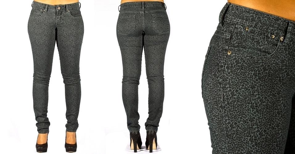 Calça jeans blue skinny  com estampa de onça; R$99,90 na MeMove  (Tel.: 2098-4544)