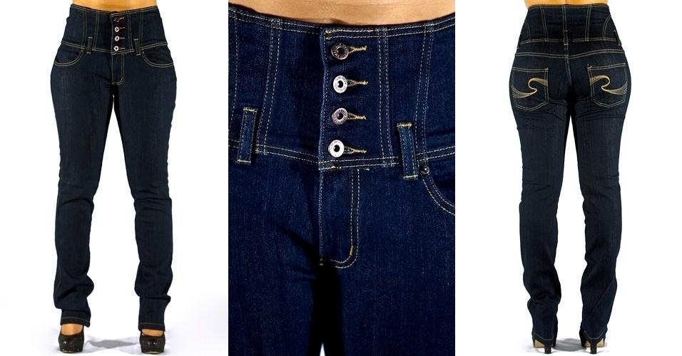 Calça jeans blue straight leg com o a cintura no lugar e cós recortado; ; R$79,90  na Renner  (Tel.: 4003-3777)