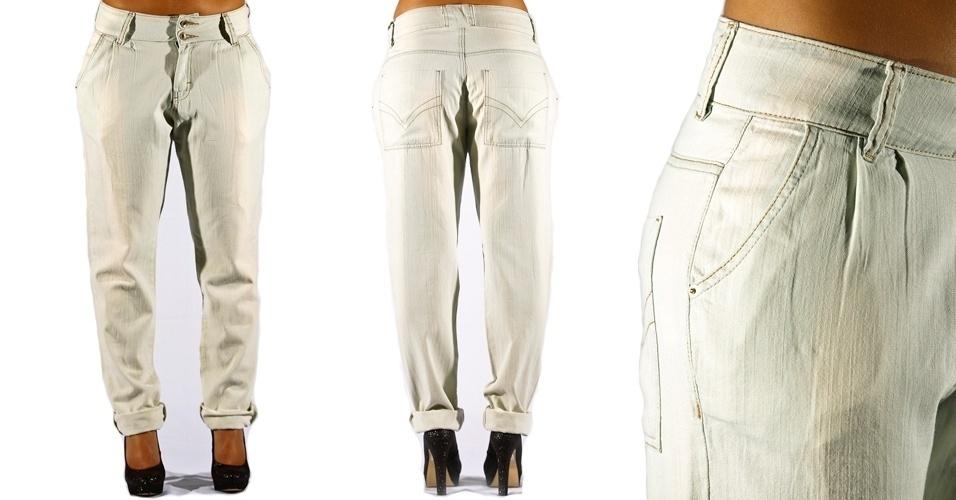 Calça jeans clara cropped  com pregas na frente; R$59,90 na Marisa (Tel.: 3383.7222)