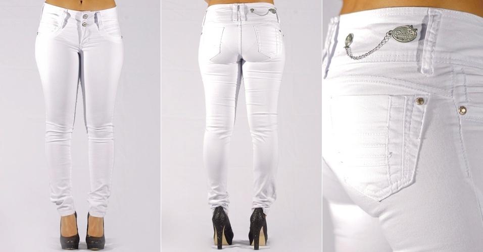 Calça  jeans white skinny com detalhe de corrente na plaquinha ; R$67,99 da Biotipo na Textil Abril  (Tel.: 2799-2525)