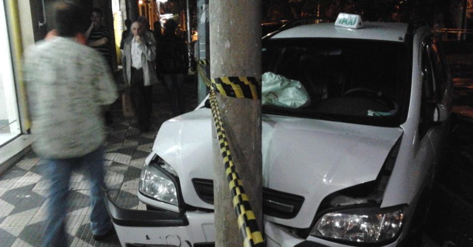 Carro é completamente danificado devido a acidente envolvendo um ônibus e quatro carros, nesta terça-feira (17). O acidente ocorreu na rua Major Sertório, na altura na rua Dr. Cesário Mota Júnior, centro de São Paulo