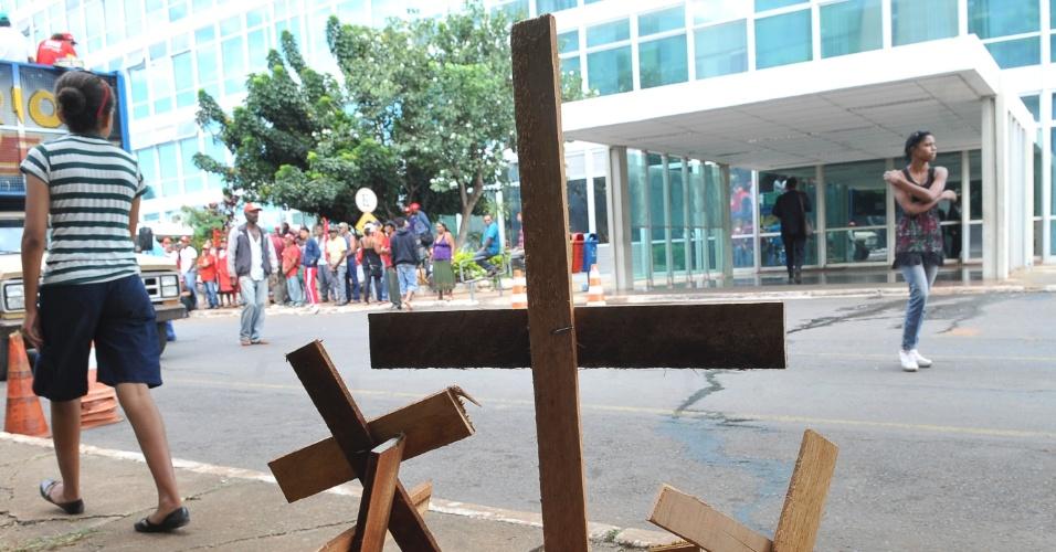 Cruzes de madeira são utilizadas em  atodo Movimento dos Trabalhadores Sem Terra (MST) participam durante ocupação da sede do Ministério do Desenvolvimento Agrário (MDA). O grupo deixou o local após quase 24 horas de ocupação