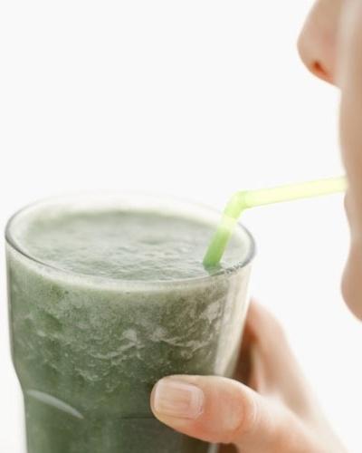 Dieta pós-festas ou desintoxicante - mulher tomando suco de clorofila