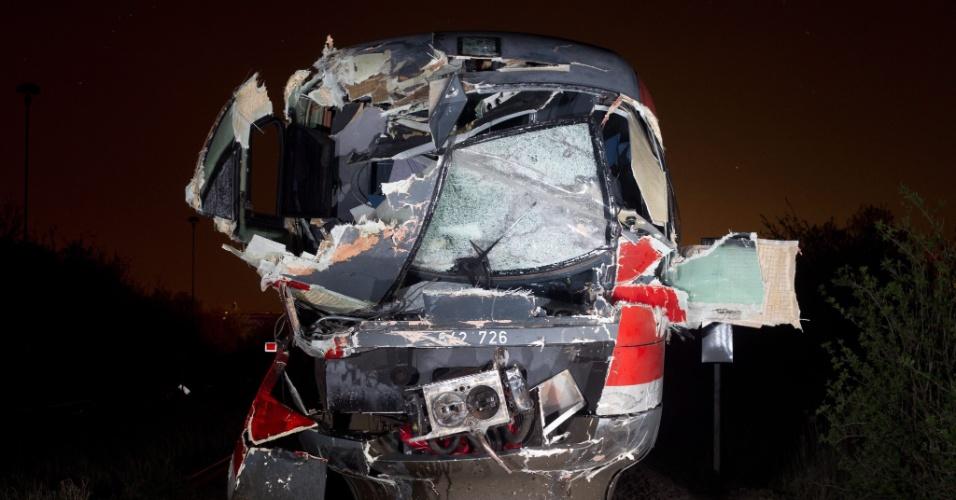 Frente de trem fica destruída após bater em caminhão de carga pesada em Stassfurt, na Alemanha