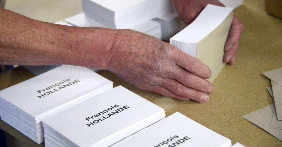 Funcionário da prefeitura de Rennes, na França, prepara cédulas de votação com o nome de François Hollande, candidato do Partido Socialista para as eleições presidenciais do país