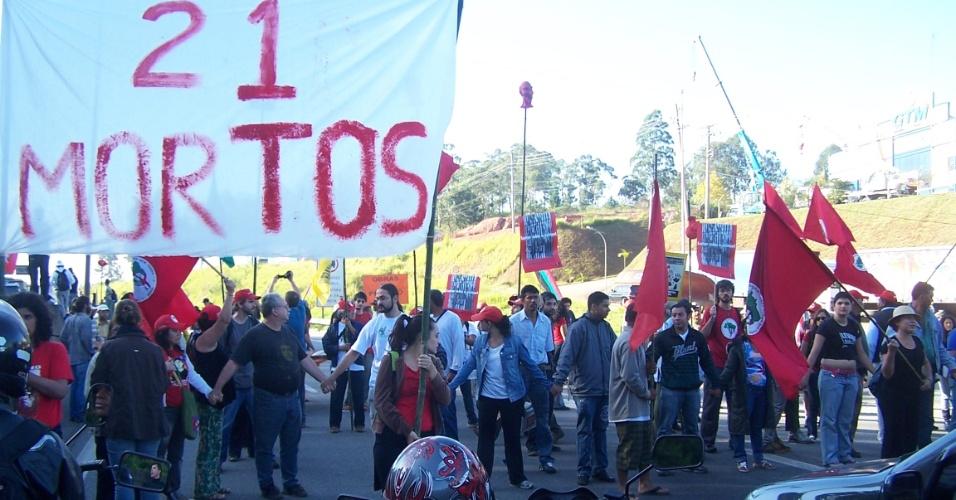 """Integrantes do MST promovem """"trancaços"""" simultâneos em várias rodovias do país. O movimento cobra punição aos responsáveis pelo Massacre de Eldorado dos Carajás (PA), há 16 anos"""