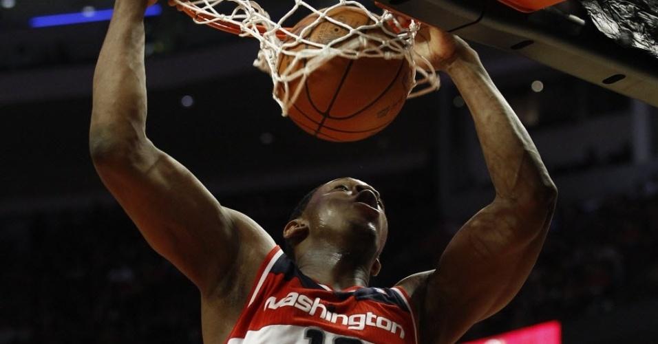 Kevin Seraphin, do Washington Wizards, enterra durante vitória de sua equipe sobre o Chicago Bulls (17/04/2012)