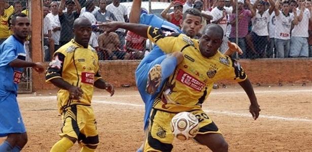 Lance entre Ajax (amarelo) 1 x 0 Irmãos Coragem (azul)