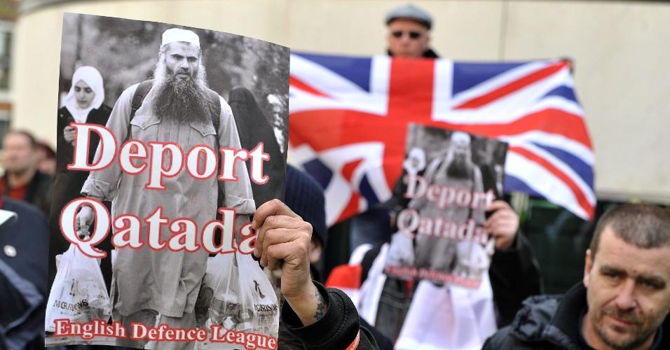 Membros do grupo de extrema-direita Liga da Defesa Inglesa participam de manifestação em Londres contra a decisão do tribunal europeu de Direitos Humanos de permitir que o clérigo radical jordaniano Abu Qatada, acusado de ser o líder espiritual da Al Qaeda na Europa, continue vivendo na Inglaterra