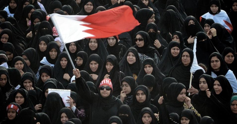 Mulheres bareinistas protestam em Muharraq contra a realização do GP de Fórmula 1 no país