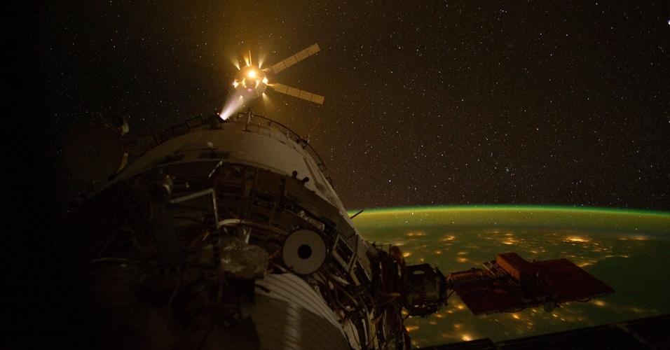 Nave ATV-3 Edoardo Amaldi se acoplando à Estação Espacial Internacional