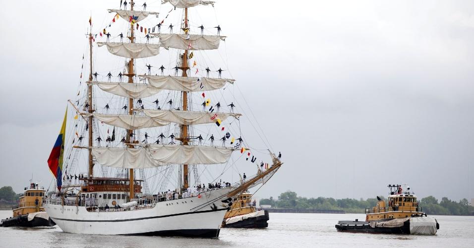 O navio escola equatoriano Guayas navega no rio Mississippi próximo ao porto de New Orleans
