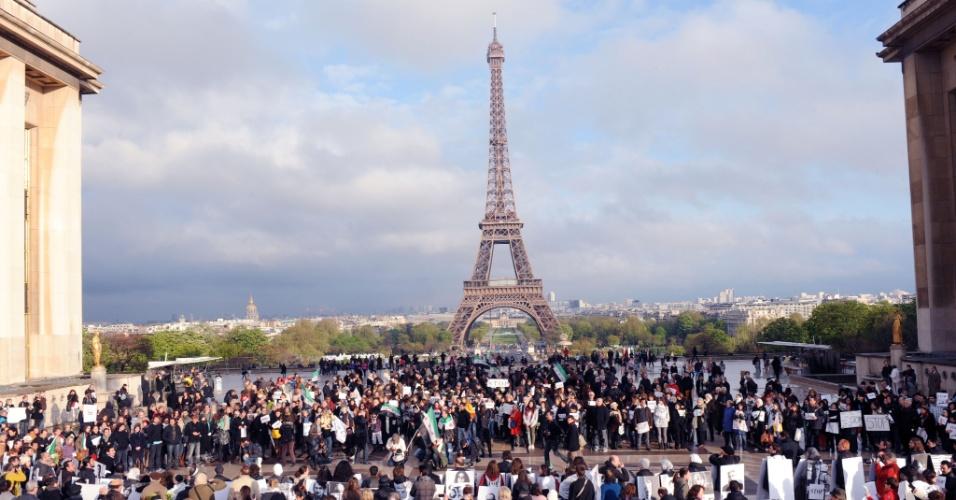"""Pessoas participam na tarde no Trocadero, próximo à torre Eiffel, em Paris, da campanha """"Onda Branca"""" para protestar contra a violência na Síria"""