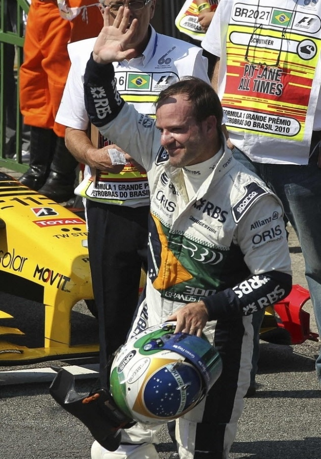 Rubens Barrichello acena aps o GP do Brasil de 2010: brasileiro largou em sexto lugar e animou a torcida, mas acabou sem pontuar aps ter sido prejudicado por um pneu furado