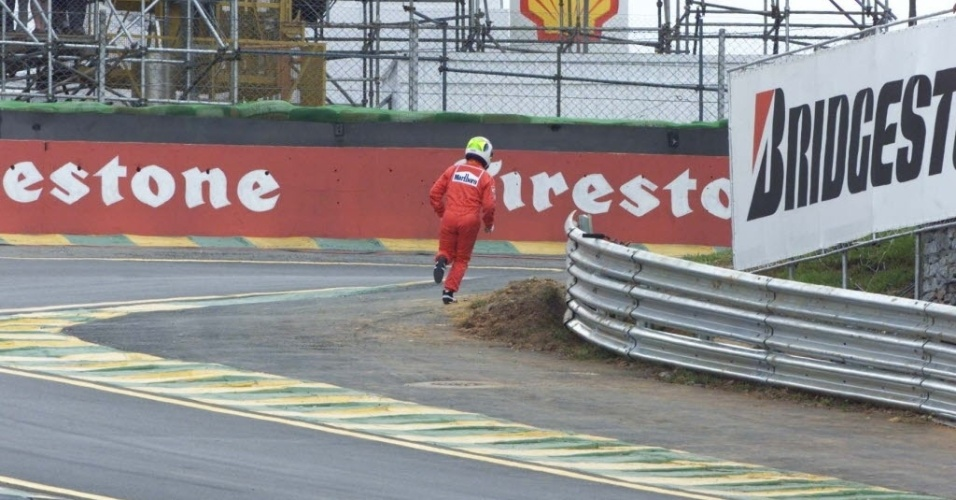 Rubens Barrichello corre a p para os boxes para pegar o carro reserva antes da largada, aps sua Ferrari quebrar em Interlagos no GP do Brasil de 2001