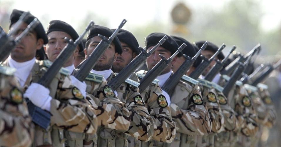 Soldados do Irã marcham durante as comemorações do Dia do Exército, na capital Teerã
