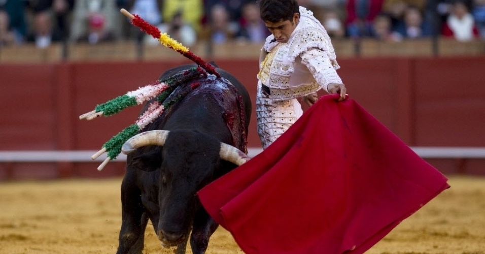 """Toureador mexicano Joselito Adame """"dribla"""" touro em arena de Sevilha, na Espanha"""