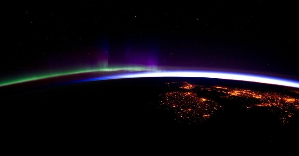 Tripulante da Estação Espacial Internacional tira fotografia ao sobrevoar o norte do oceano Atlântico